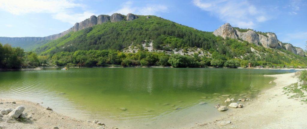 Озеро около пещерного города Мангуп