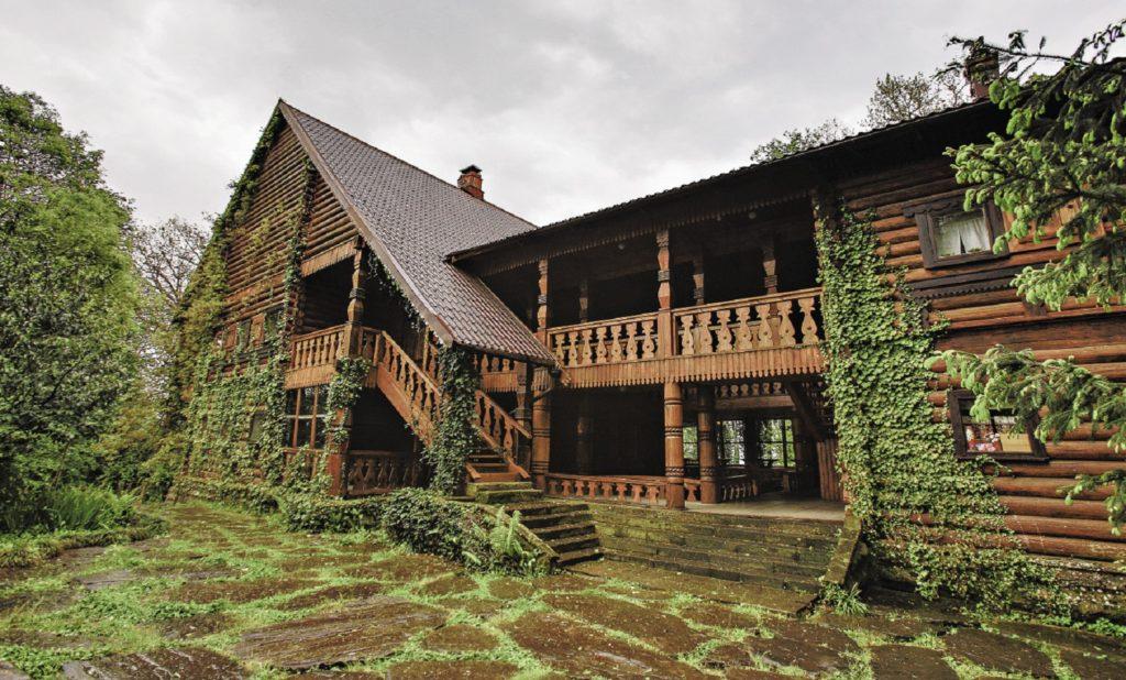 Дом Чая Погодаева в плюще