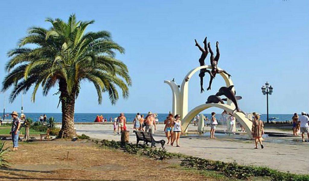 Скульптуры на набережной в Пицунде