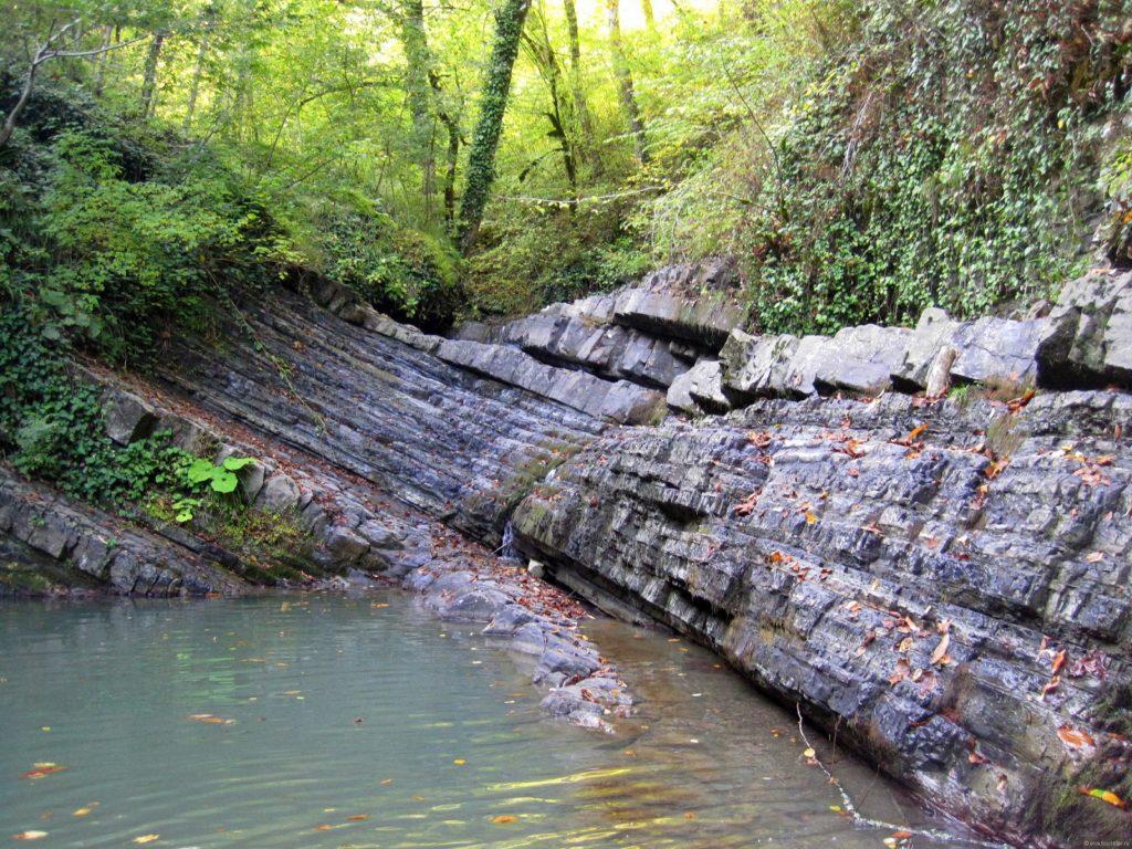 Водопады Змейка горный пласт