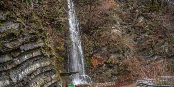 Водопад Девичьи Слезы у дороги