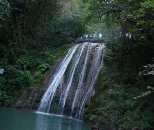 Проход над водопадом