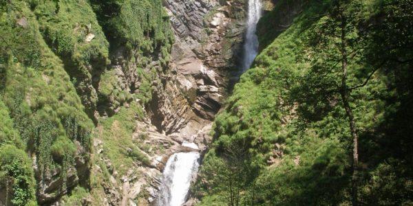 Водопад Безымянный летом