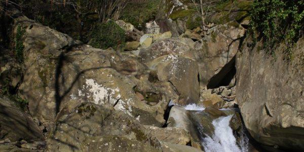 Рядом с Тигровая пещера