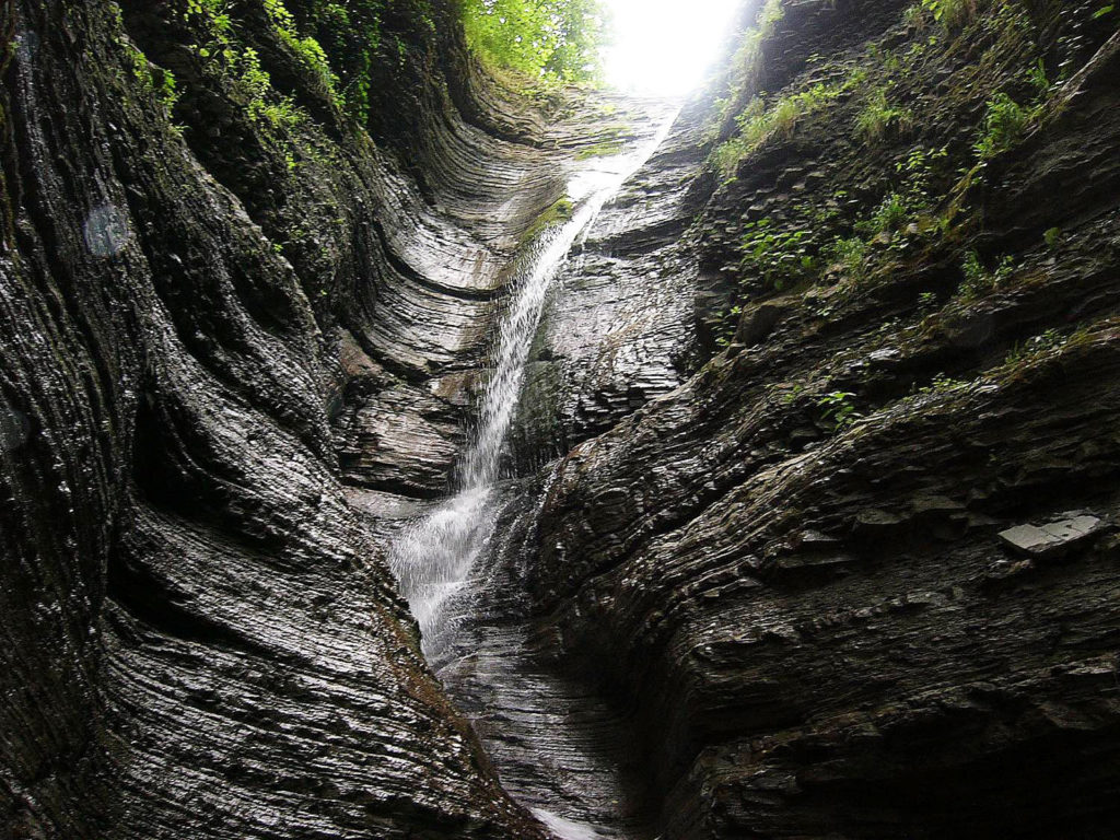 Красивый водопад рядом с рекой Аше