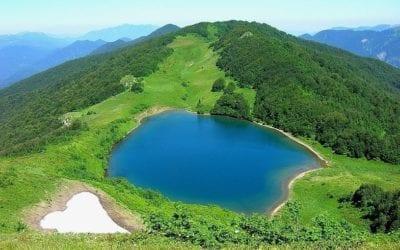 Озеро Хуко с красивым сердцем на фоне